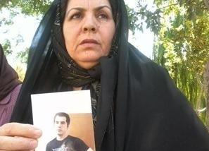 زلیخا موسوی، مادر حسین رونقی ملکی، زندانی سیاسی دربند؛ در حمایت از فرزندش دست به اعتصاب غذا زد.